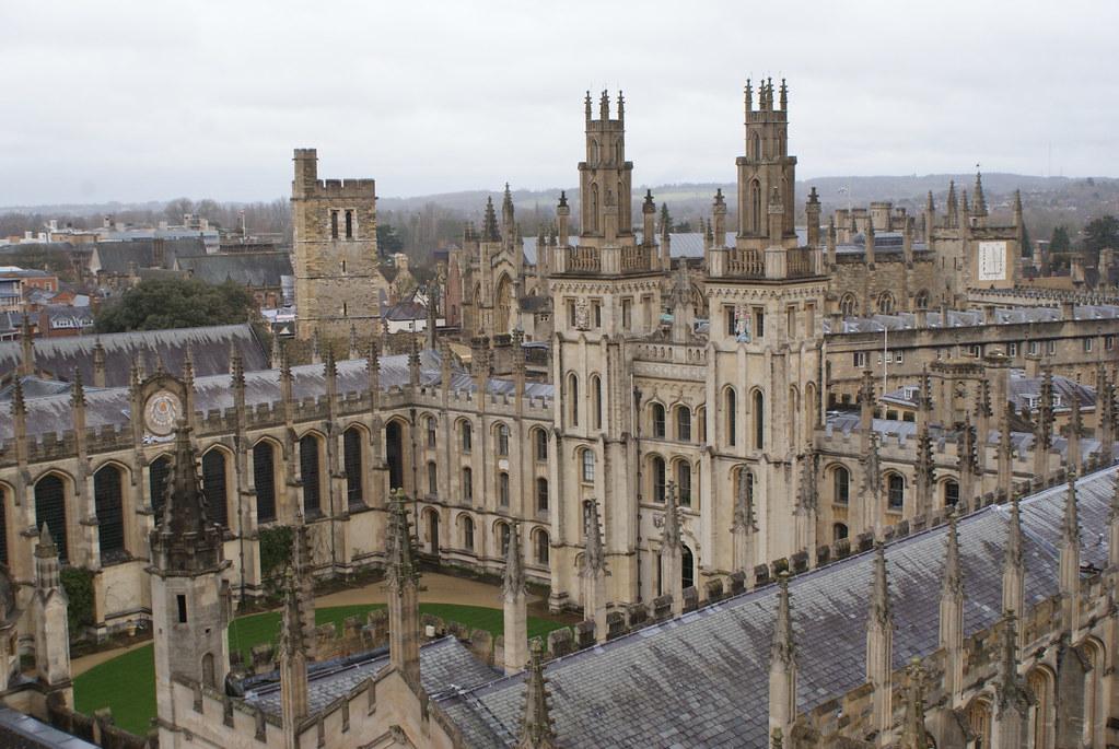 Vue sur le All Souls College de l'Université d'Oxford depuis l'église Sainte Marie.