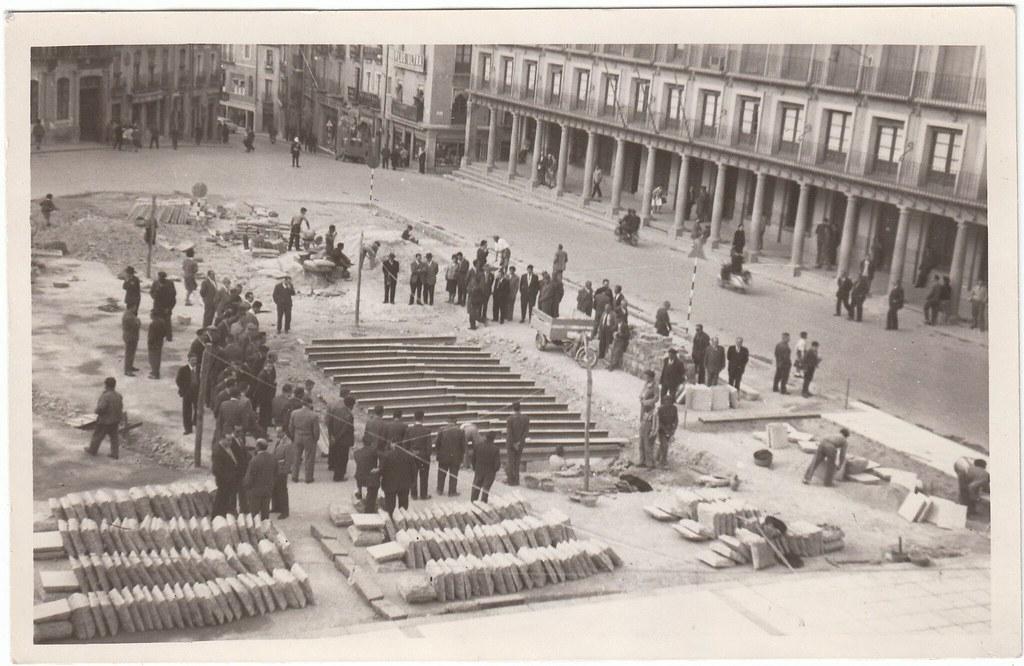 Obras en Zocodover en 1961. Vigas para tapar el hueco del los antiguos urinarios públicos. Colección Luis Alba.