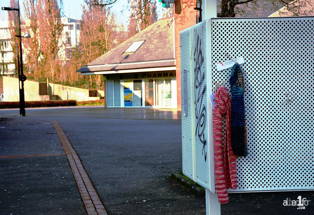 [02 Février 2018] – Un jour, une photo : Des écharpes suspendues et en libre service !