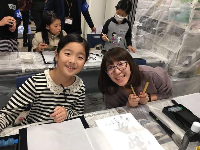 宿舍每學期定期舉辦的地域交流會,當天邀請附近居民前來和國際宿舍的學生互動,除了寫書法,也打陀螺、玩劍玉。