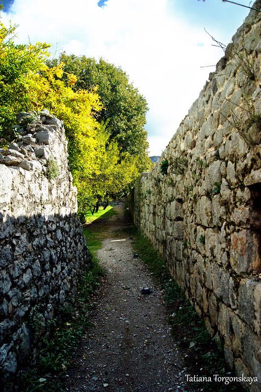 Проход вдоль крепостной стены в нижней части города