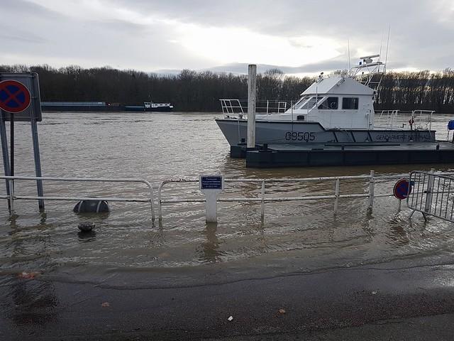 24/01/2018 Quais Seine et Oise envahis peu à peu par la crue