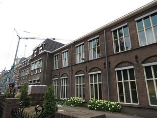 Het MFC aan de Oranjesingel. Het deel waarvan de dakpannen zichtbaar zijn is de nieuwe verdieping.
