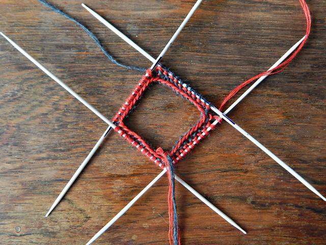 варежки-хеликс-две-красным