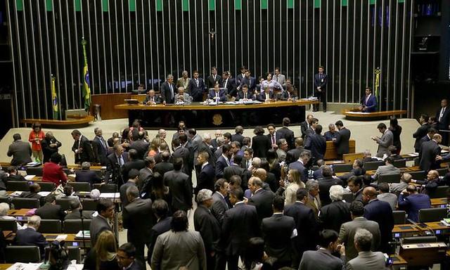 Sessão de votação do decreto de intervenção militar no plenário da Câmara começou na noite dessa segunda (19) e se estendeu até a madrugada - Créditos: Wilson Dias/Agencia Brasil
