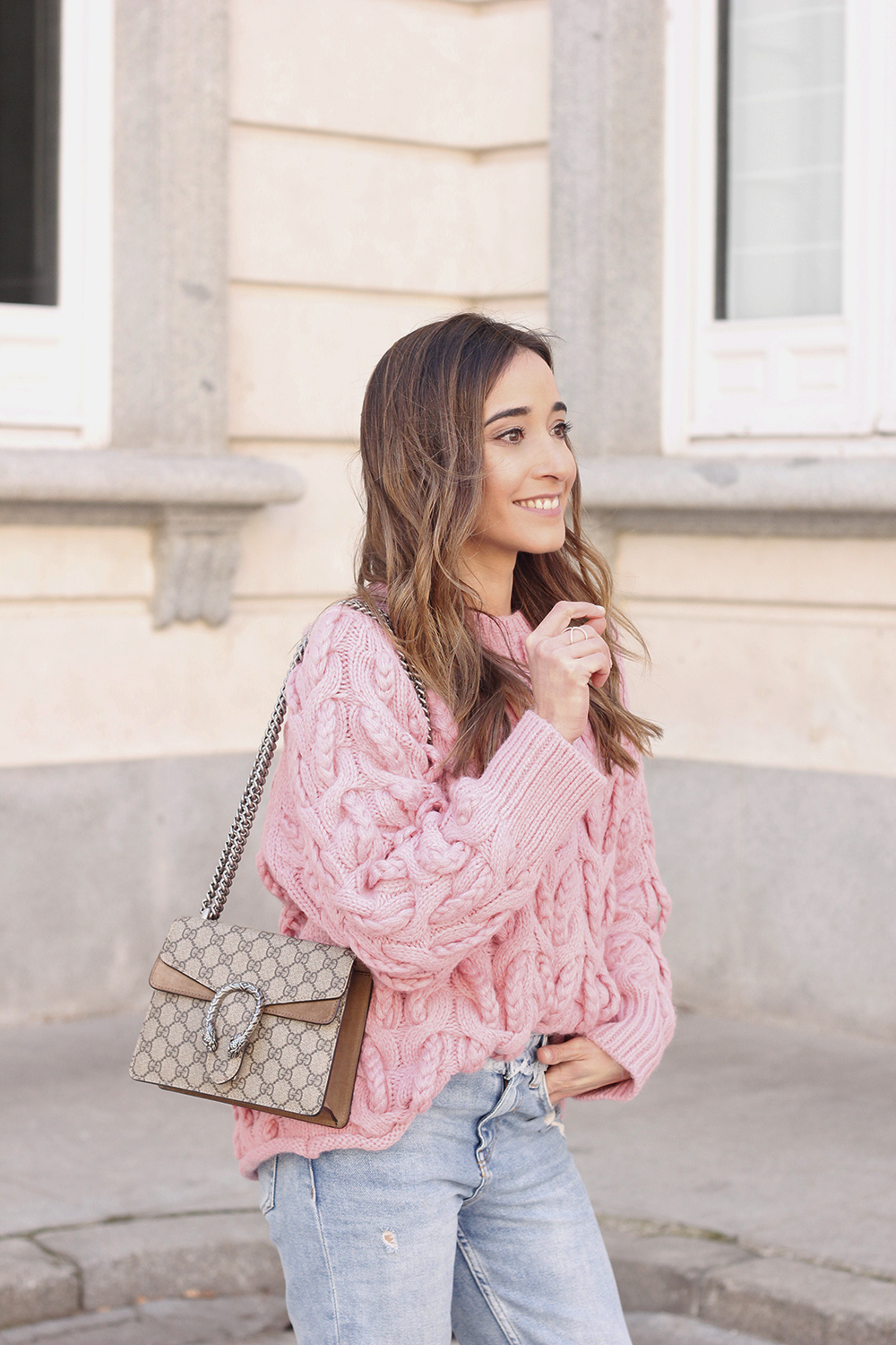 Pink chunky sweater ripped jeans gucci bag uterqüe heels casual winter outfit 2018 look invierno jersey rosa zara09