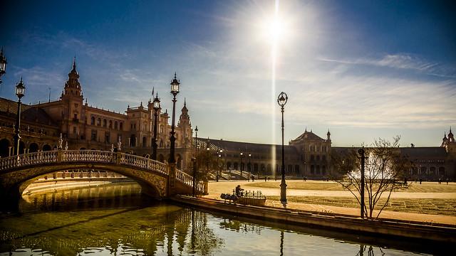 Contraluz a primera hora en la Plaza de España de Sevilla