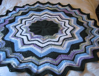 😱 👏  that simple and delicate step by step I loved this model of rug in crochet very lovely this color of dark blue with black