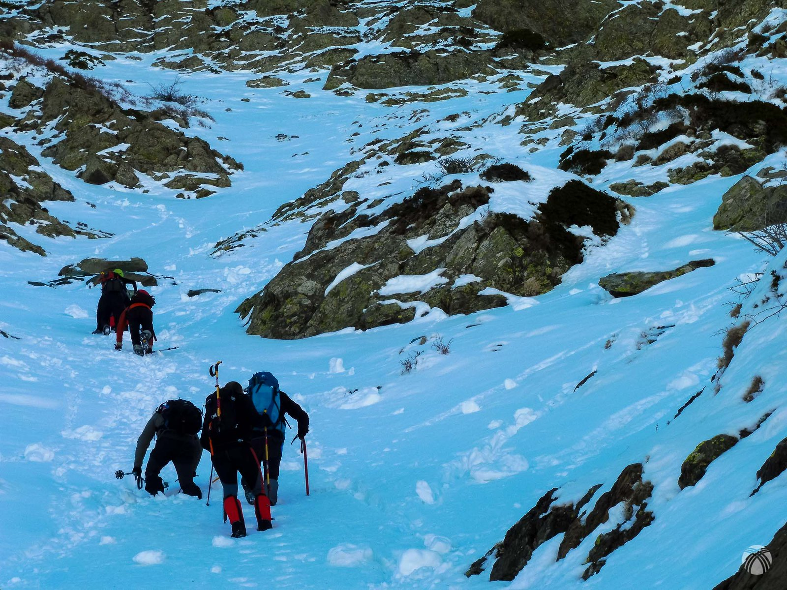 Primeros metros por el barranco con nieve blanda
