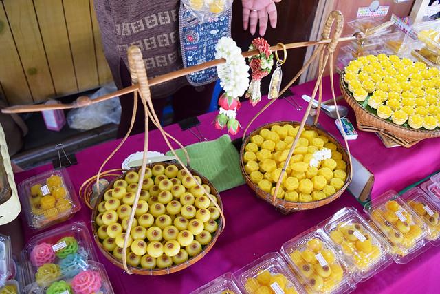 伝統菓子みたいな、お供え物みたいなお菓子を発見!