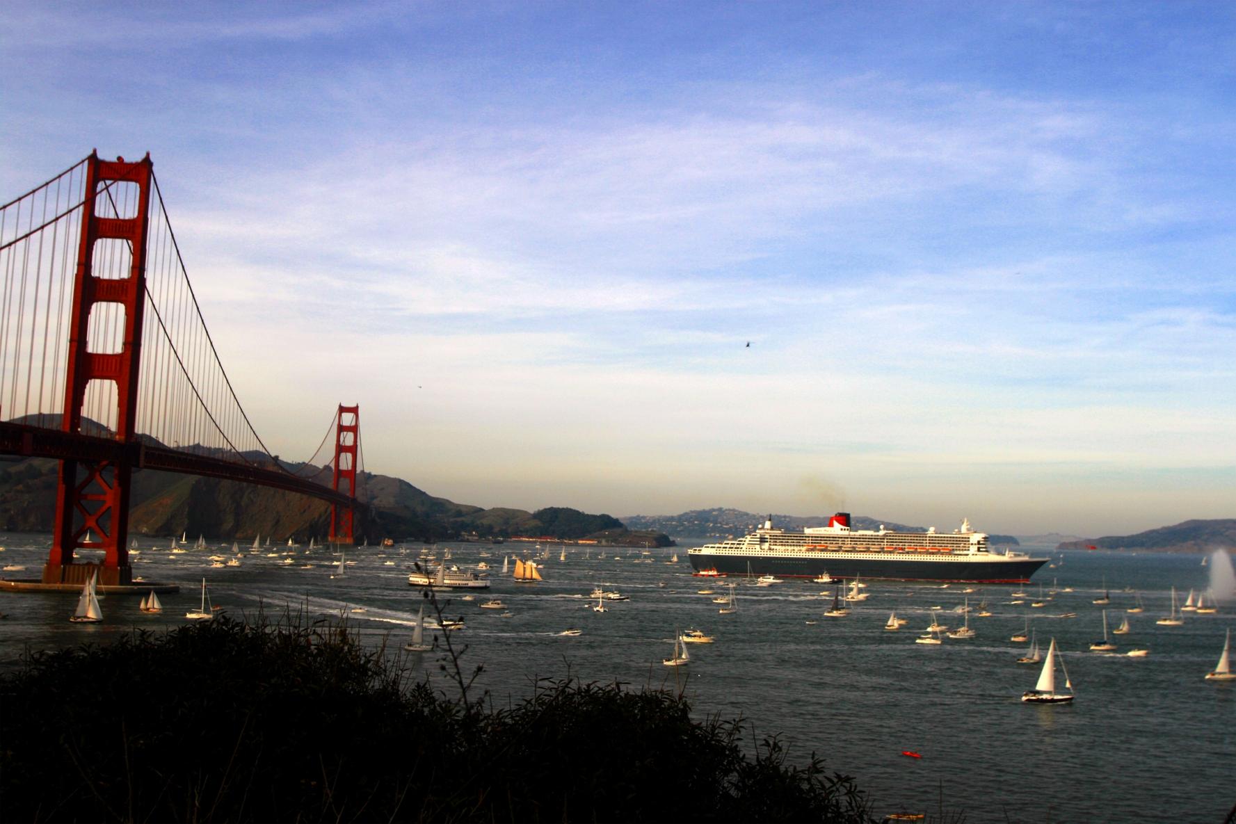 Queen Mary 2 enters San Francisco Bay in 2007.