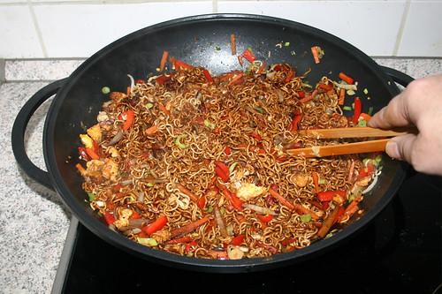 49 - Sojasauce mit Nudeln verrühren / Mix soy sauce with noodles