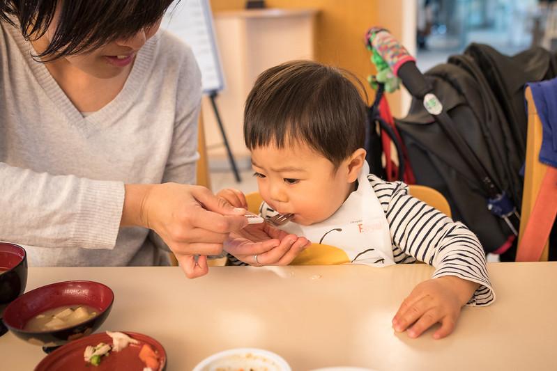楠公レストハウスで食事をする子ども