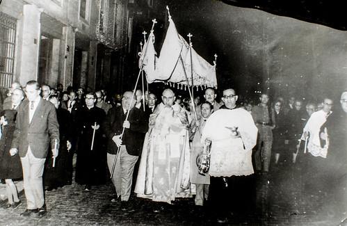 24 de noviembre, San Juan de la Cruz [2] - Jesús Sacramentado es trasladado solemnemente. ¡Y qué bien acompañado!