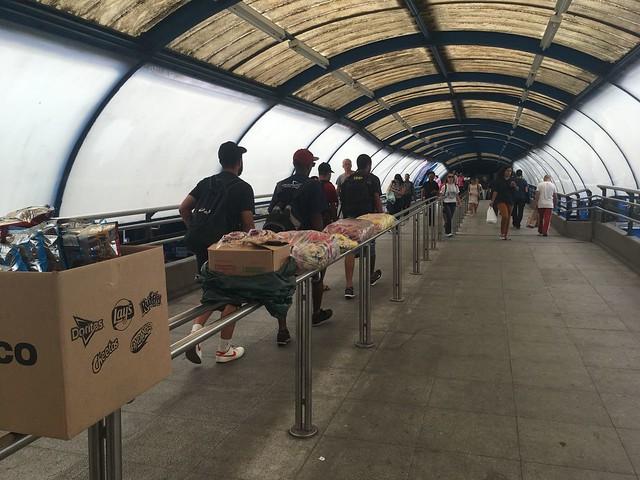 Rampa da Estação Barra Funda do Metrô, em São Paulo, tomada por produtos de vendedores ambulantes - Créditos: Júlia Dolce