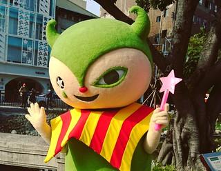 新盛橋上的吉祥物被路人說是綠色怪物,可憐 XD