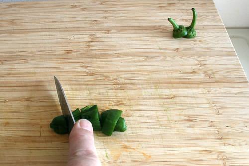 25 - Chilis grob zerkleinern / Hackle chilis