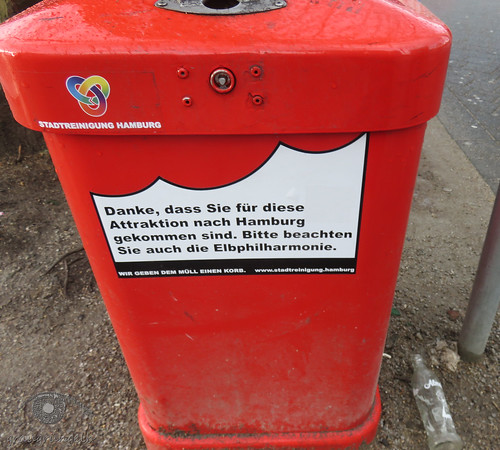 Mülleimer vor der Elphi