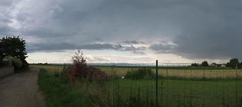 20140804 02 532 Jakobus Regenwolken Zaun Felder Hügel_P01