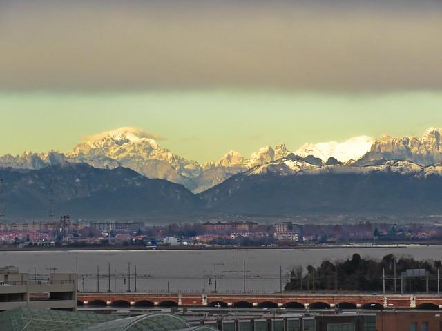 Las Dolomitas desde el puerto de Venecia