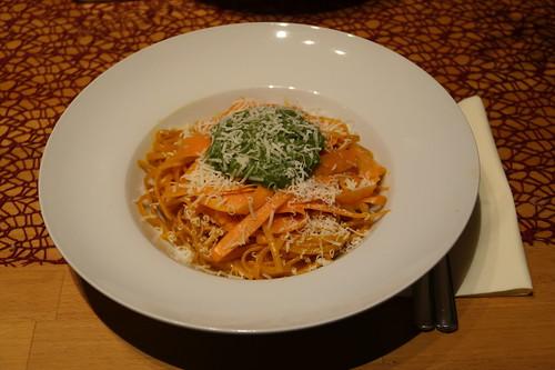 Bavette in Möhrensaft gekocht, mit marinierten Möhren, Möhrengrünpesto und Parmesan (zusammengestellt)