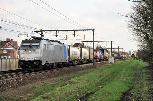 Lineas 186 424 met tankcontainers in Kermt