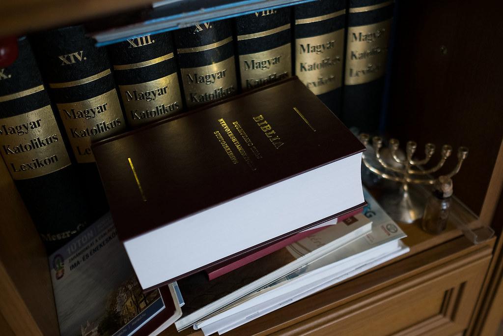 A hodászi szociális intézmények a hodászi templom mellett és a roma nyelvre fordított Biblia Gelsei ópályi irodájában | Fotók: Magócsi Márton