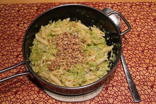 Rosenkohl mit Penne, Gorgonzola und Walnüssen (Pfanne)