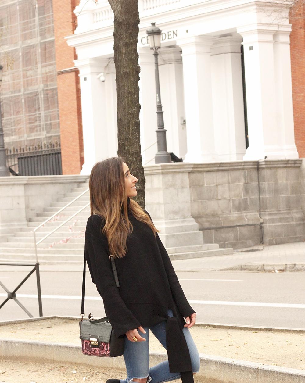 Black turtleneck sweater Uterqüe black ankle boots winter oufit 201803