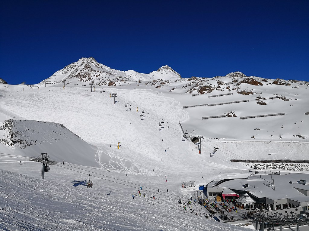 View of Piste 36 on Tiefenbachgletscher