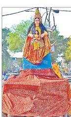 बर्रा-2 में गुरुवार को होलिका का भव्य पुतला बनाकर प्रह्लाद के पुतले को उनकी गोद में बैठाया गया। शाम को होलिका दहन हुआ तो लोगों ने विधि-विधान से पूजा की