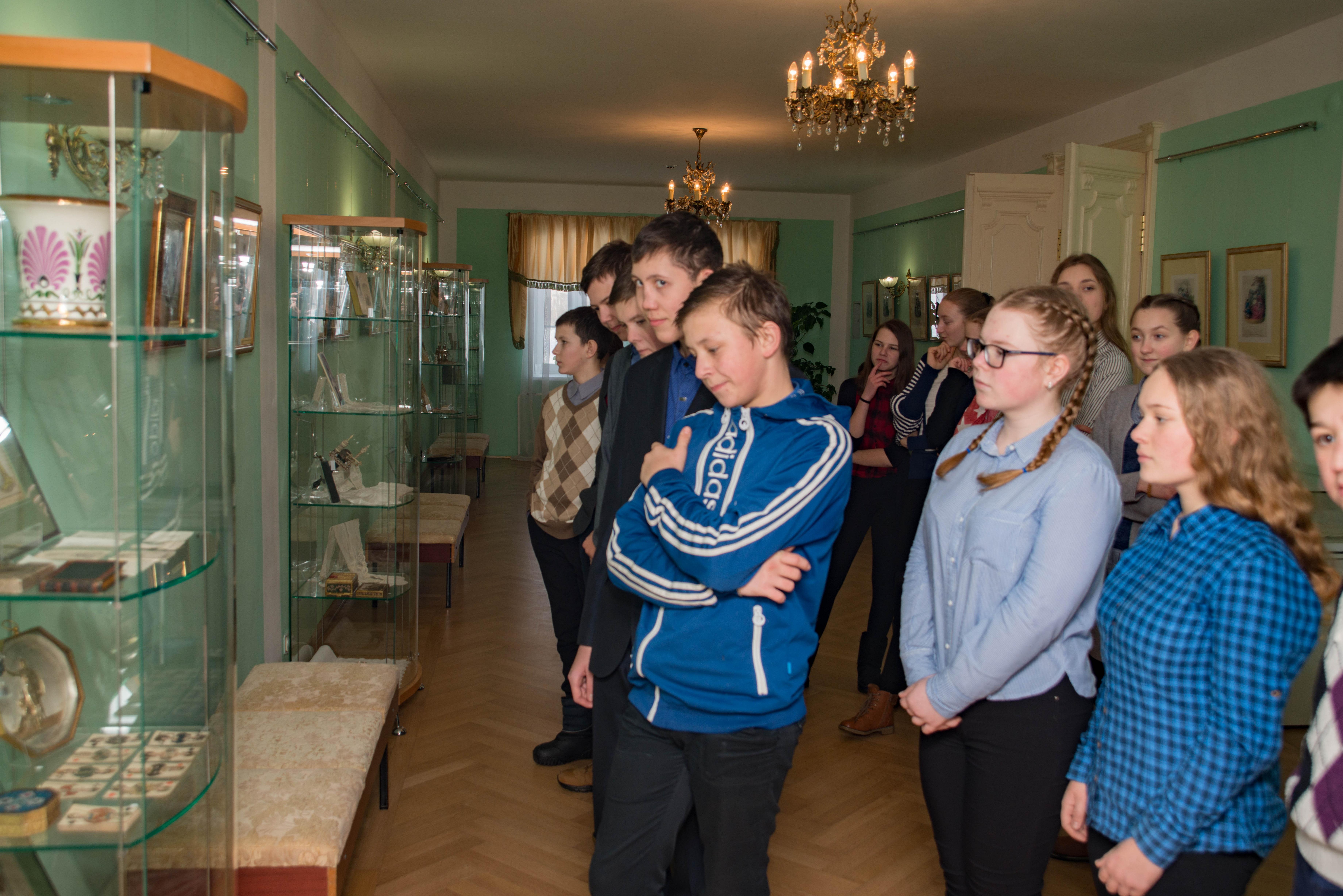 Школьники изучают бальные аксессуары XIX века