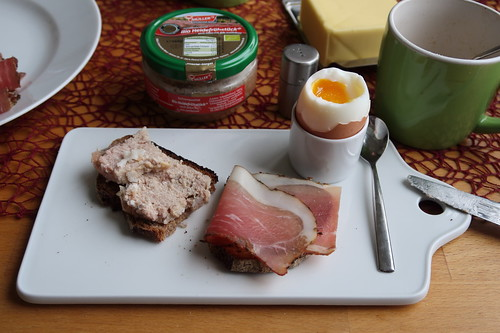 Heidefrühstück und Schinkenspeck auf Holzofenbrot zum Frühstücksei