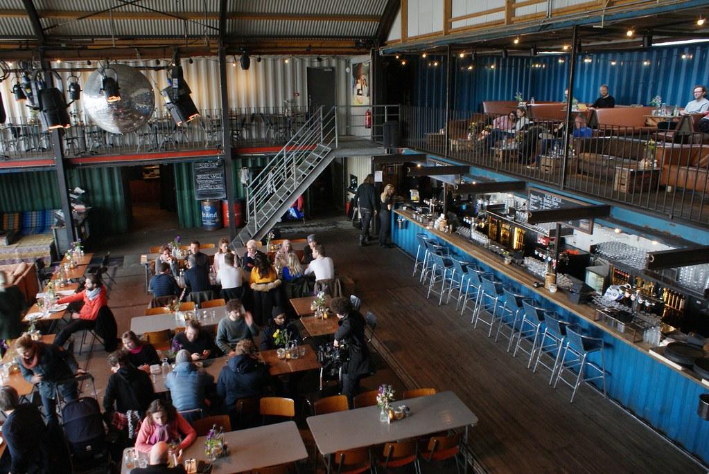 Dans le bar Pllek dans le nord industriel d'Amsterdam.