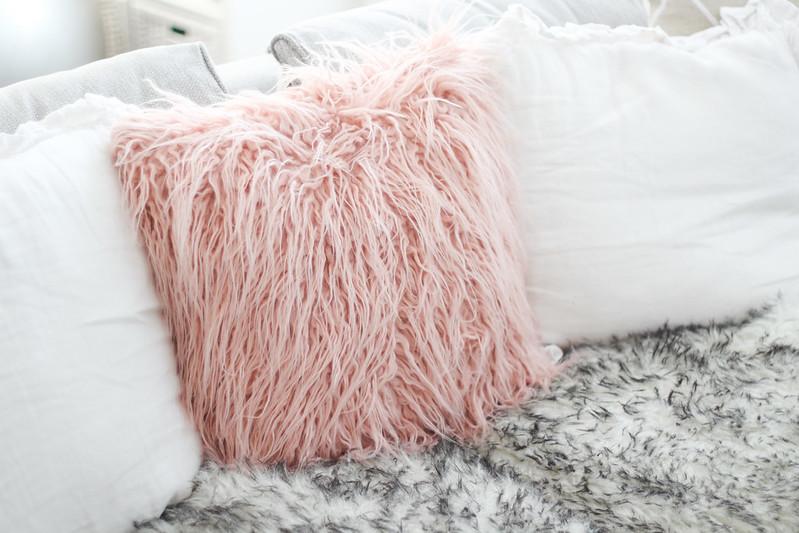 vaaleanpunainen karvatyyny jysk blogi