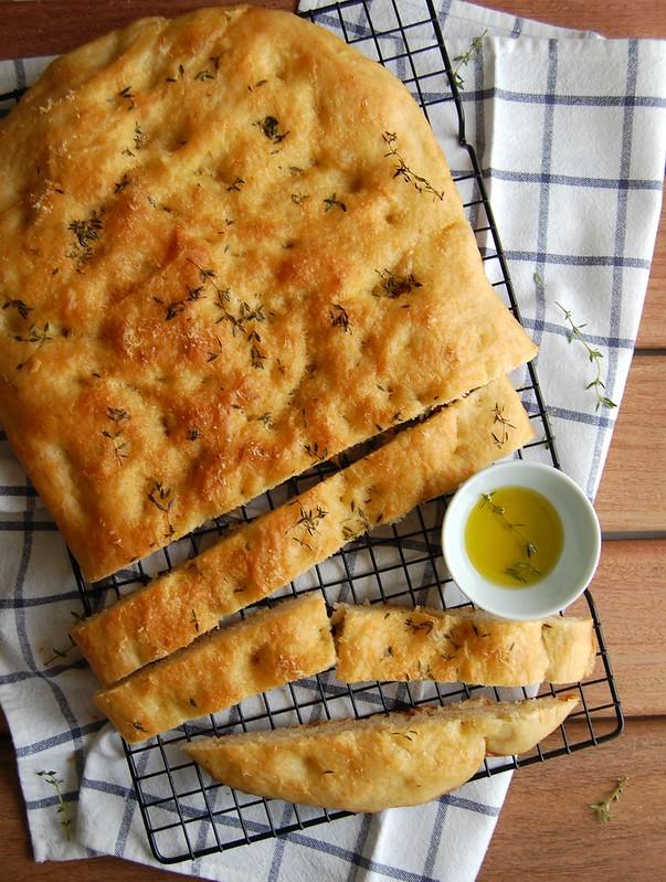Roasted garlic pecorino focaccia / Focaccia de alho assado e pecorino