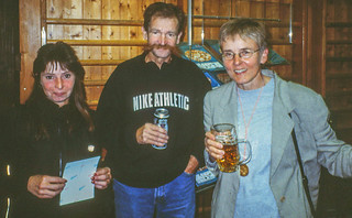 Gisela mit Inge und Helmut Urbach nach dem Lauf
