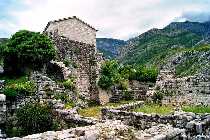 Руины возле церкви Св. Венерады