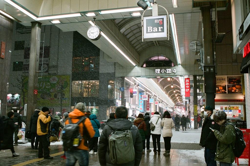 札幌 Sapporo Japan / FUJICOLOR PRO 400H / Nikon FM2 回到札幌後,沒想到又遇到大雪,路上的行人就在路邊等雪小一點。  我注意到有些人不會把帽子拉起來,讓自己頭髮瞬間變白!  我也滿想要一頭白髮的!  Nikon FM2 Nikon AI AF Nikkor 35mm F/2D FUJICOLOR PRO 400H 8271-0034 2016-02-02 ~ 2016-02-03 Photo by Toomore
