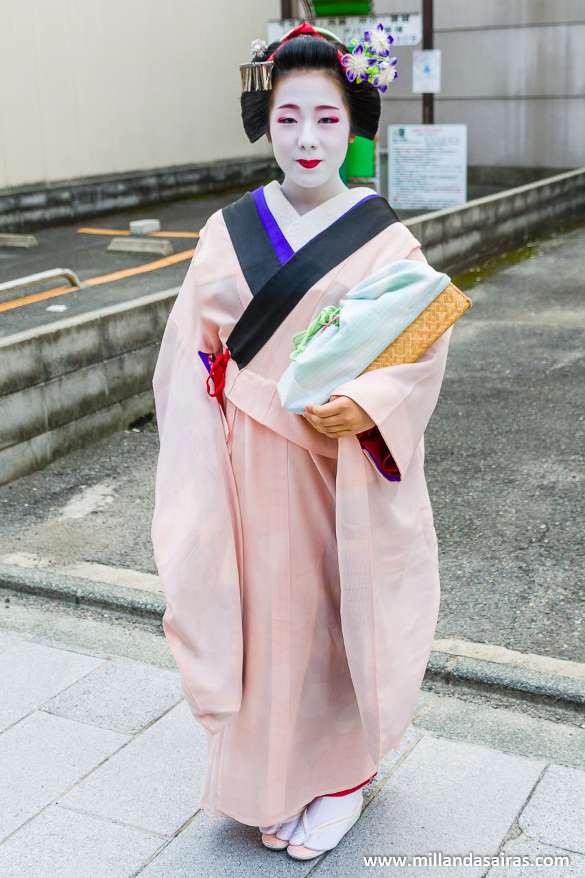 Maiko posando en la zona Miyagawa-cho
