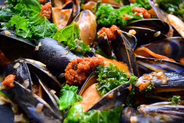 One Pan Mussels with Sundried Tomato Pesto & Kale #mussels #shellfish#seafood #pesto #kale #dinner