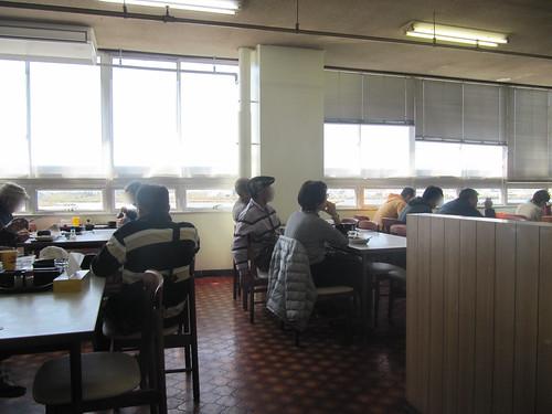 金沢競馬場の不二家大食堂でテレビ観戦する人たち
