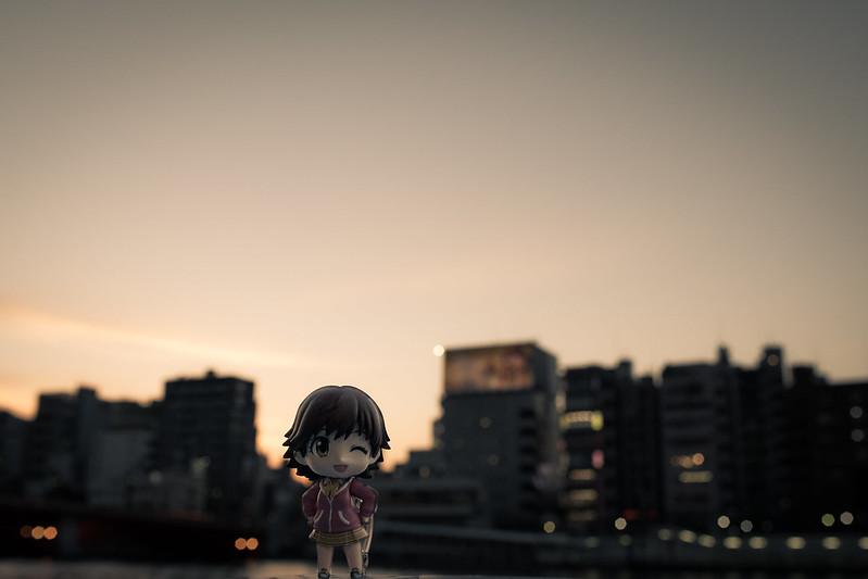 浅草の夕焼けを背景にしてねんどろいどを撮影した写真