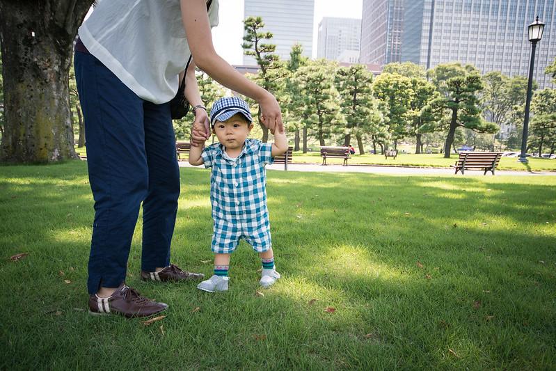 皇居外苑の芝生を歩く子ども