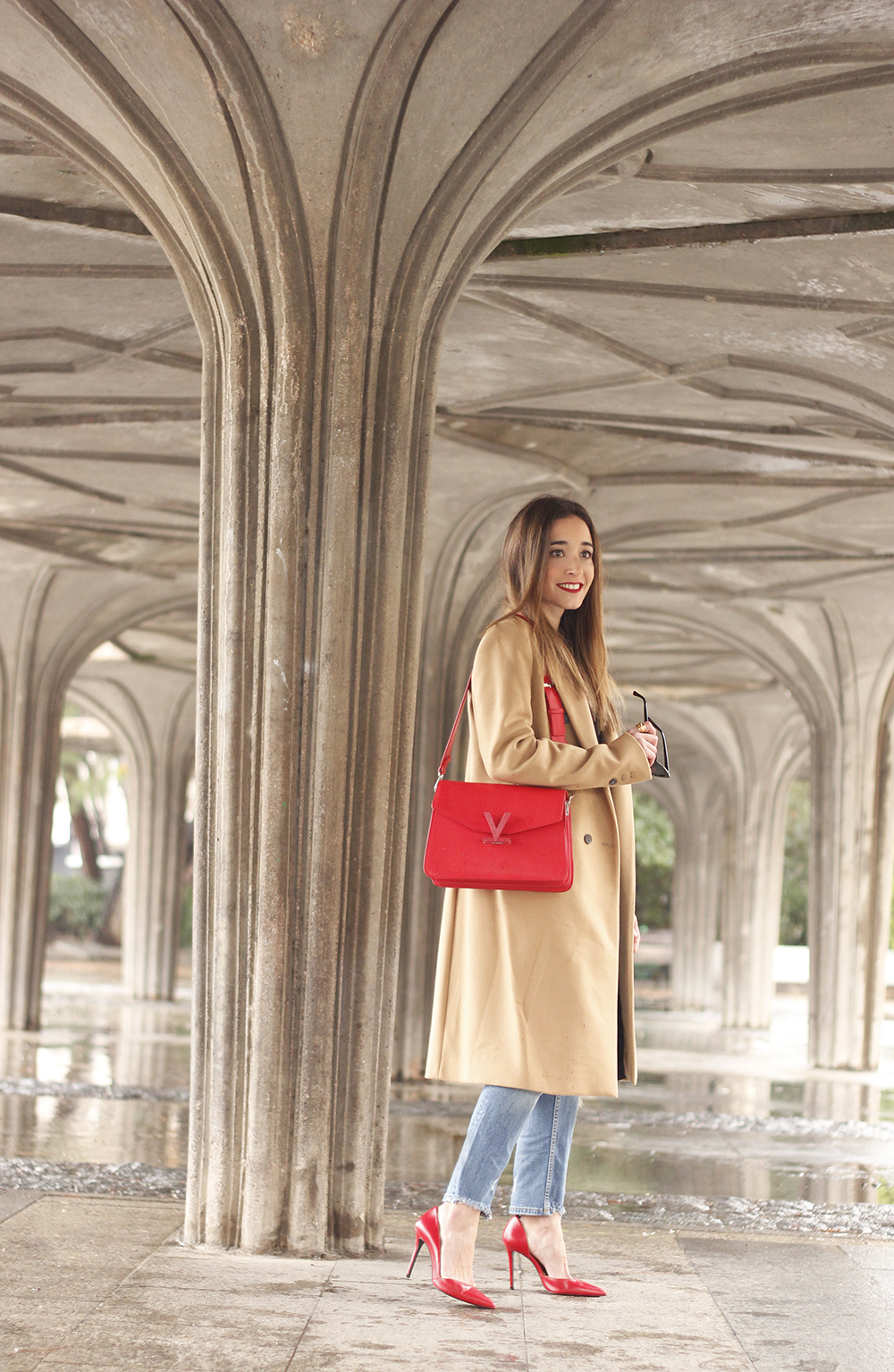 camel coat red valentinobags black outfit winter style fashion02