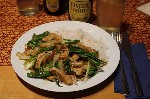 Wok-Gericht mit Schweinerückensteak, Sprossen und Pakchoi zu Basmatireis