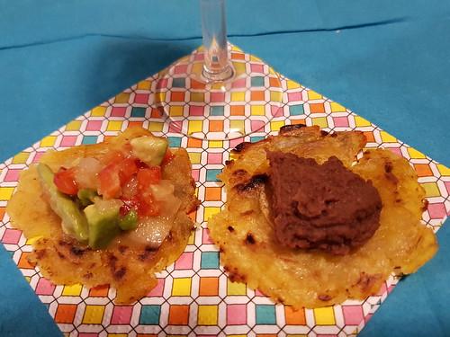 Tostones (gebratene Kochbananen) mit Guacamole und Bohnenpüree