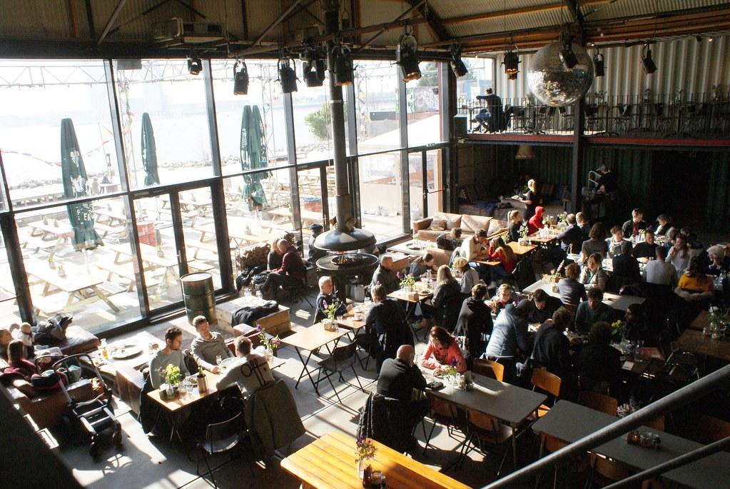 Vue depuis la mezzanine sur l'espace intérieur du bar Pllek à Amsterdam.