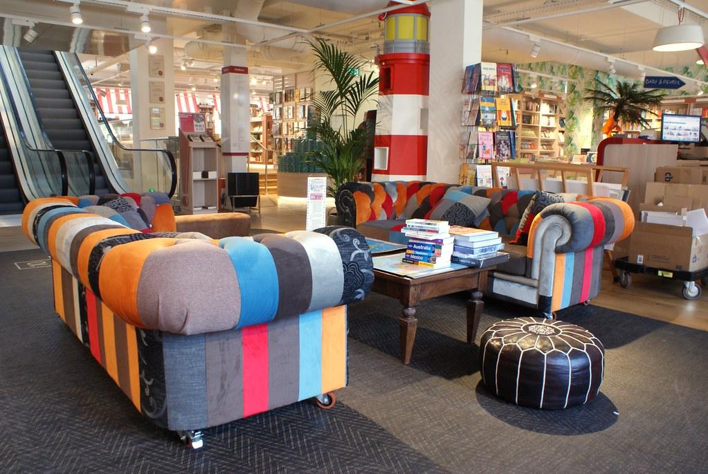 Salon multicolore près de l'espace enfant dans la Librarie Scheltema à Amsterdam.