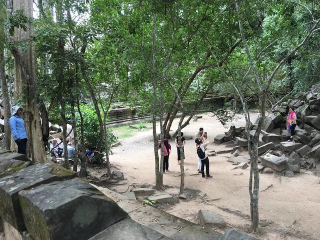 左の青い女性は遺跡に登る人に注意する係
